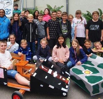 Kinder aus Lichtenstein haben als Abschluss der Grundschulzeit Seifenkisten gebaut.