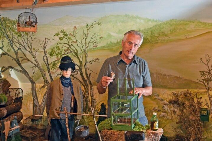 Im Vereinshaus des Erzgebirgszweigvereins Breitenbrunn erklärt Vereinsvorsitzender Klaus Franke in der Dauerausstellung die Geschichte der Vogelstellerei im Erzgebirge.