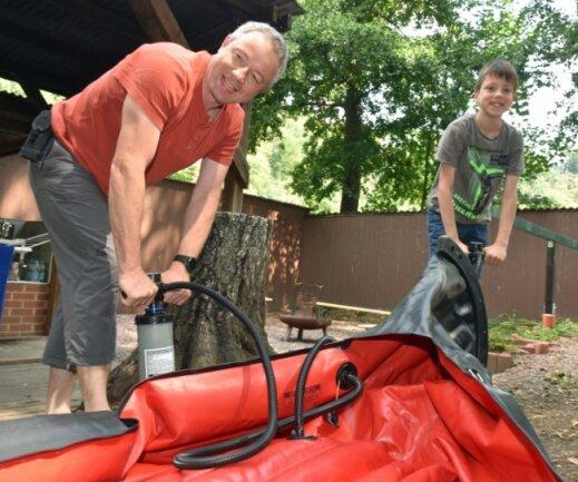 Erzieher Chris Harras und Justin pumpen ihre Kanus für die Paddeltour auf der Zschopau auf. Die Thüringer waren zum Ferienstart im Abenteuercamp Lauenhain zu Gast.