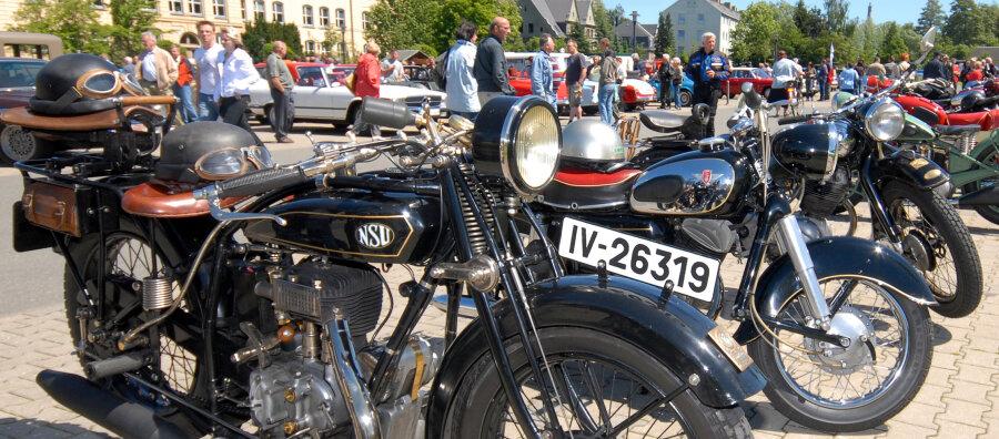 Großer Andrang herrschte am Samstag beim achten Oldtimertreffen auf dem Gessingplatz in Olbernhau. Die 113 Teilnehmer konnten sich ebenso wie die Zuschauer über erstklassig erhaltene beziehungsweise aufwändig restaurierte Autos und Motorräder freuen, wie zum Beispiel diese NSU 501 T aus dem Jahre 1929.
