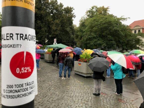 Eine rund zweistündige Kundgebung gegen die Maskenpflicht zum Schutz vor Corona-Infektionen und für freiheitliche Grundrechte hat am Samstagnachmittag bei strömendem Regen in Plauen stattgefunden.