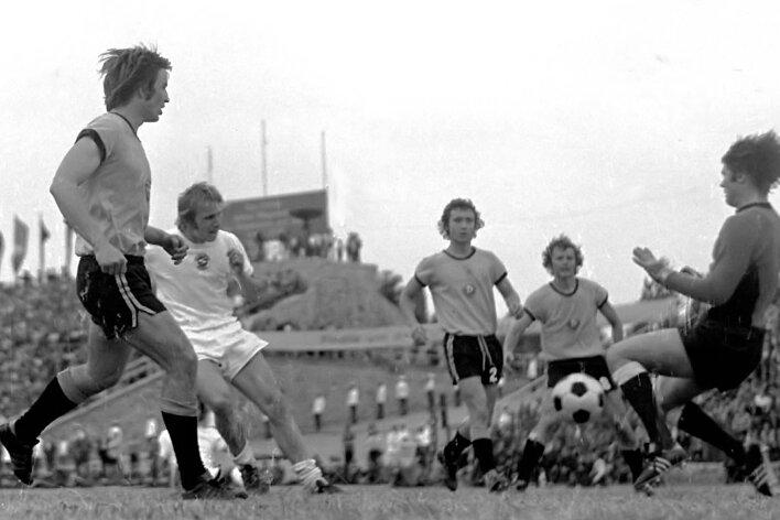 Das wohl wichtigste Tor von Peter Nestler (2. v. l.): Umringt von den Dresdnern Udo Schmuck, Gerd Weber, Frank Ganzerra und Claus Boden (von links) trifft er im Pokalfinale 1975 zum 2:2-Ausgleich.