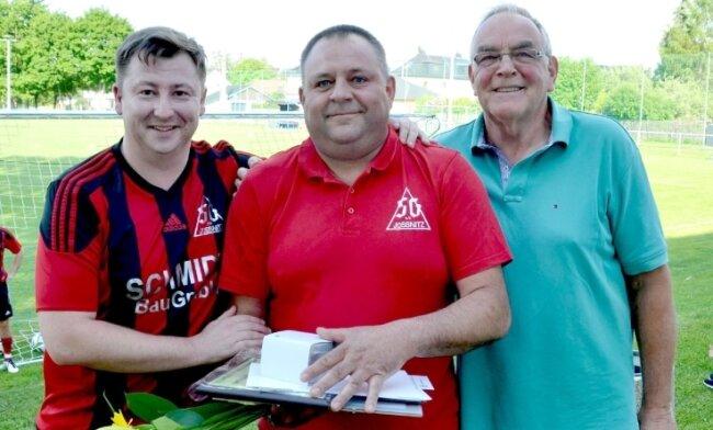 Der Jößnitzer Vereinsvorsitzende Marcel Singer (links) und Ulrich Dressel (rechts) als ehemaliger Jugendtrainer beglückwünschten Andreas Weller, der als Ehrenamtler des Monats ausgezeichnet wurde.