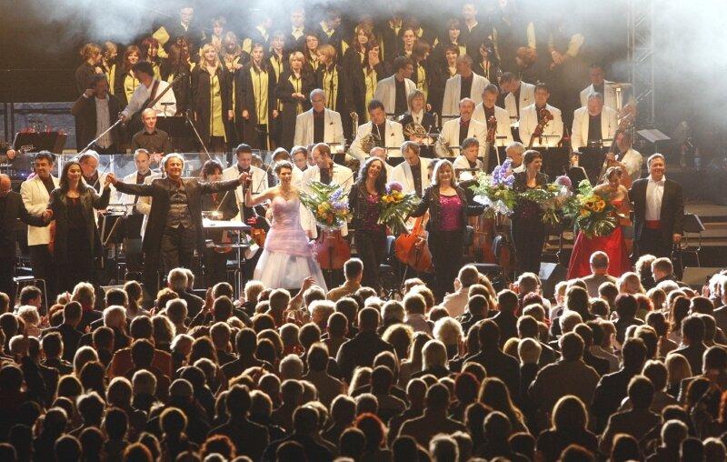"""<p class=""""artikelinhalt"""">Nach Ende des knapp dreistündigen Showprogramms von """"Classics unter Sternen"""" gab es minutenlangen Applaus. Zuvor hatten sich alle Künstler des Abends auf der Bühne versammelt und den von Michael Jackson geschriebenen Klassiker """"We are the world"""" gesungen.</p>"""