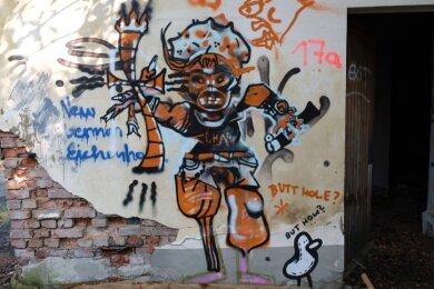 Alte neben neuer Kunst im einstigen Bahnbetriebswerk. Die Enten, die Robin Kowaléwsky im Vorjahr überall auf dem Ibug-Gelände versteckt hatte, dürften noch vielen Besuchern in Erinnerung sein. Die Figur daneben wäre von den Festival-Organisatoren wohl als etwas verstörend aussortiert worden.