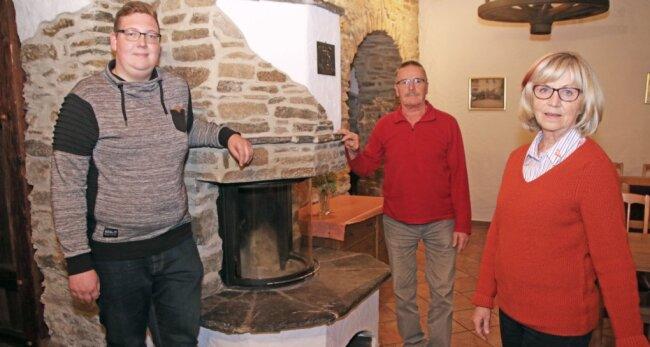 Maria Gäbler (von rechts), Günter Kretzschmar und Philip Arnold bilden den Vorstand der Zethauer Singegemeinschaft Lyra.