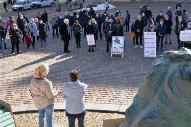 Mehr als 150 Freiberger Einzelhändler, Gastronomen und andere Innenstadtakteure protestierten am Montagvormittag auf dem Obermarkt.