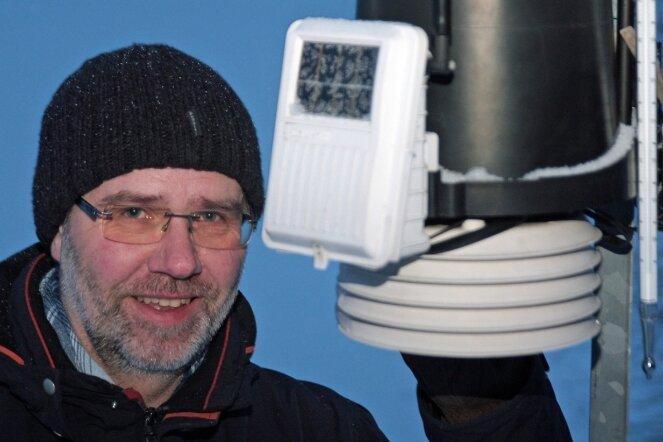 """<p class=""""artikelinhalt"""">Der Kühnhaider Peter Weiße vor seiner Wetterstation, die in zwei Metern Höhe meteorologische Daten misst. </p>"""
