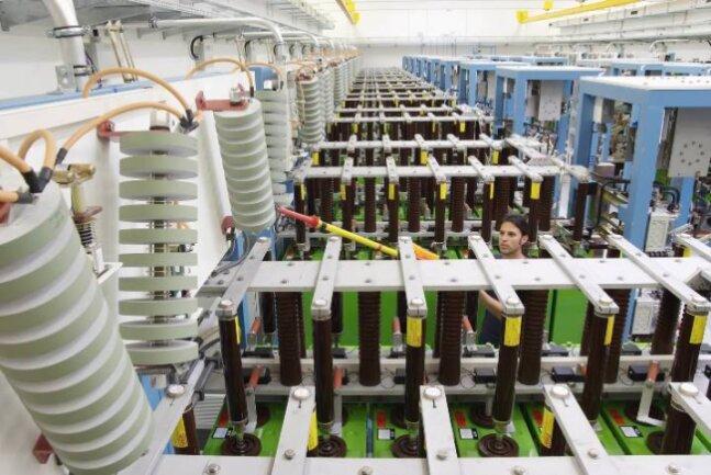 Uwe Helbig, technischer Mitarbeiter im Helmholtz-Zentrum Dresden, überprüft Pulsentladungs-Module in der leistungsstärksten Kondensatorbank der Welt. Sie versorgt die Magnetspulen im Hochfeld-Magnetlabor Dresden mit der nötigen Energie.