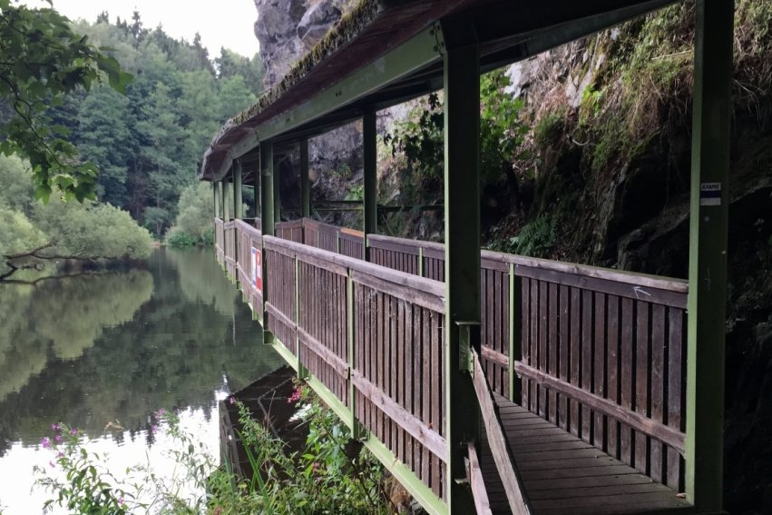 Romantische Wege mit tollen Ausblicken gibt es rund um Hirschberg.