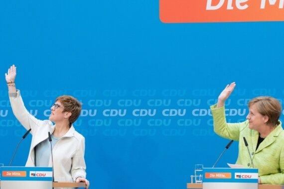 """""""Nach oben geht's für die Union"""" - das scheinen Saarlands Ministerpräsidentin Annegret Kramp-Karrenbauer und Bundeskanzlerin Angela Merkel (rechts) in der CDU-Parteizentrale nach dem Wahlsieg an der Saar bei einer Pressekonferenz zeigen zu wollen."""