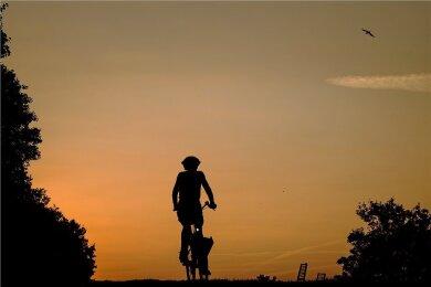 Eine Radfahrerin an einem frühen Morgen.