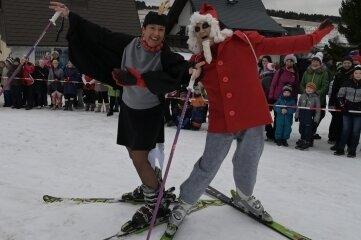 Frau Elster und das Sandmännchen rutschten auf Skiern vorbei.