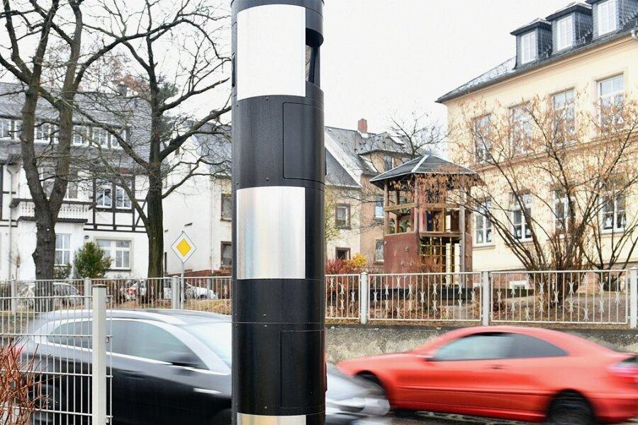 Gegenüber der Pestalozzi-Grundschule (rechts) soll an der Anton Günther-Straße wieder ein Blitzer aufgebaut werden. Der Vorgänger (hier im Bild) hatte in vier Jahren 28.800 Temposünder ertappt.