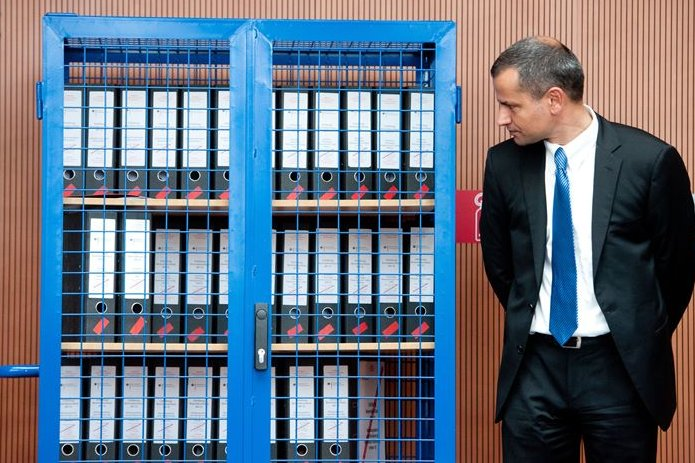Sebastian Edathy (SPD) mit Geheimdienstakten für den NSU-Untersuchungsausschuss. Als dessen Chef hat er sich große Verdienste erworben - nun aber scheint seine politische Karriere beendet.