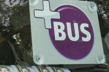Busse mit dem Plus an der Windschutzscheibe bieten ganz besonderen Service.