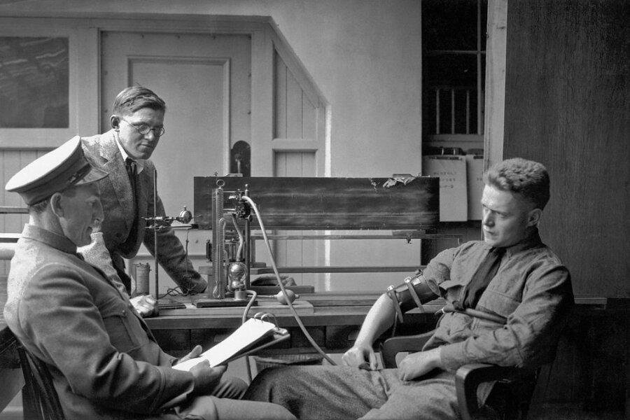 1924 in Berkeley im US-Bundesstaat Kalifornien: Die örtliche Polizeistation hat einen Lügendetektor installiert und führt eine Befragung durch.