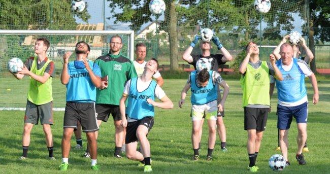 Auf dem Sportplatz an der Alten Dresdner Straße in Conradsdorf wird wieder Fußball gespielt. David Voigt (3. v. l.) will beim CSV 61 eine neue Männermannschaft aufbauen, die bereits in der kommenden Saison in der Kreisklasse auf Torejagd gehen will.