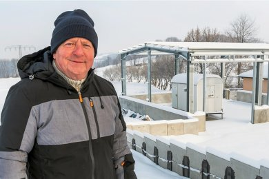 Jörg Stephan, Bürgermeister der Gemeinde Großrückerswalde, in Streckewalde, wo sich die Konturen des Anbaus an das dortige Gerätehaus der Freiwilligen Feuerwehr schon deutlich abzeichnen.