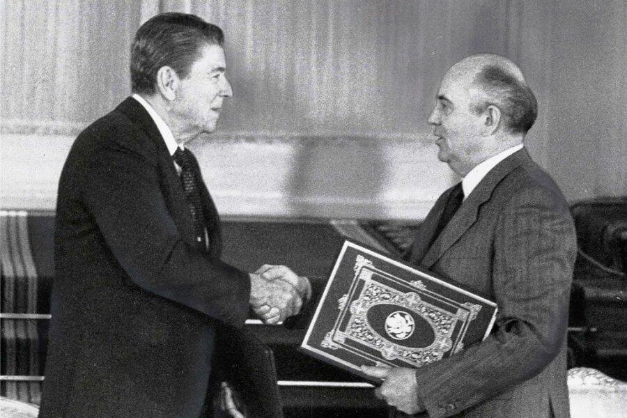 Ronald Reagan und Michail Gorbatschow mit dem INF-Vertrag.