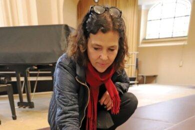 Schauspieldirektorin Annett Wöhlert vor dem provisorischen Modell der Bühnenbauten auf der Alten Elisabeth.