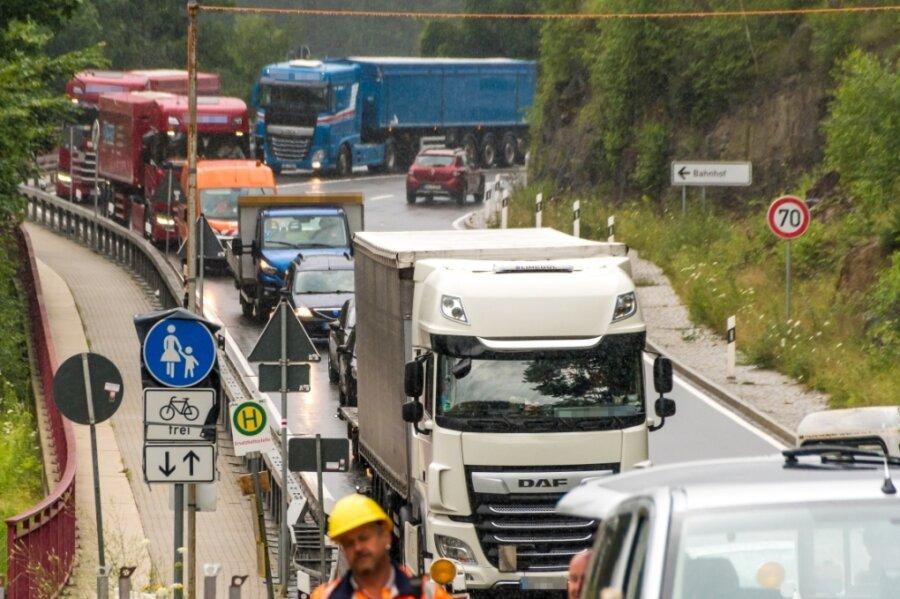 Der Verkehr aus Richtung Tschechien wird großräumig umgeleitet. Die Umleitung führt dabei auch über die B 171, wo im Bereich Kniebreche ebenfalls gebaut wird. An der Behelfsbrücke kommt es zu Wartezeiten.