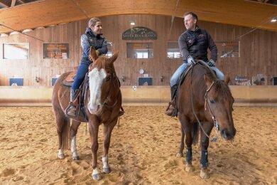 Kathleen Ullrich-Metzner und John Metzner in der Reithalle auf ihrer Silver Rock Ranch. Das Paar hat auf dem Gelände am Rande von Elterlein noch viel vor. Schon bald soll zum Beispiel eine zweite Halle entstehen.