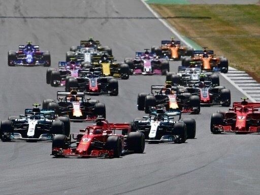 Sebastian Vettel führt das Rennen nach dem Start an