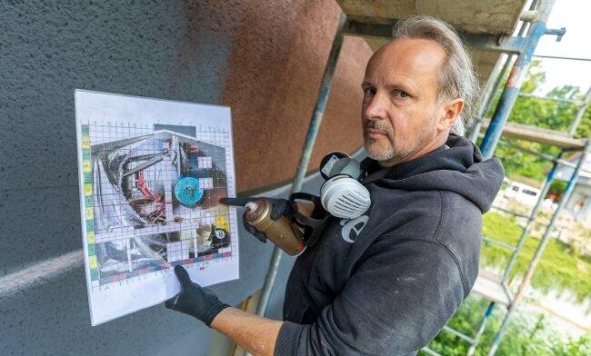 """Jens """"Tasso"""" Müller sprüht am Giebel des künftigen Soziokulturzentrums Auerbach ein großes Wandbild."""