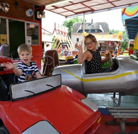 Die Geschwister Jonas und Leonie Arnold aus Chemnitz hatten Samstag ihren Spaß auf dem Rummel in Niederwürschnitz.