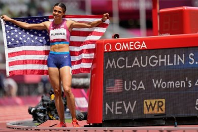Sydney McLaughlin aus den USA feiert, nachdem sie mit einem neuen Weltrekord eine Goldmedaille gewonnen hat.