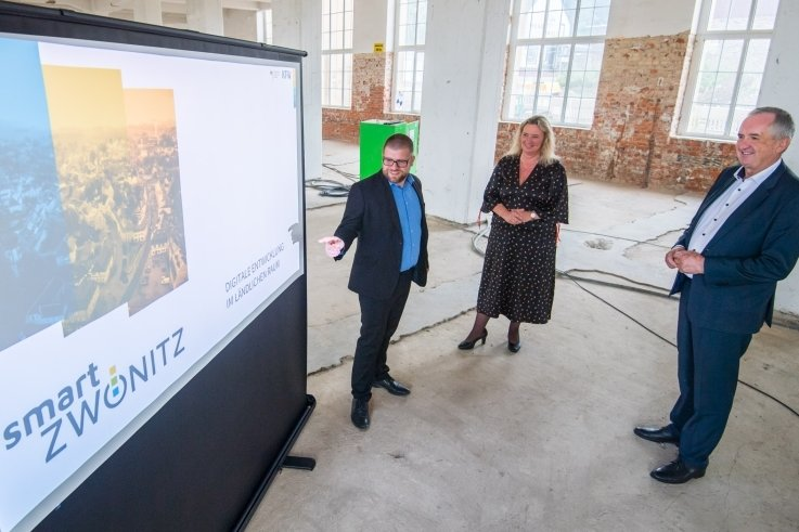 Projektleiter Martin Benedict (links) stellt der bayerischen Staatsministerin Kerstin Schreyer und dem sächsischer Staatsminister Thomas Schmidt das Vorhaben Smart City Zwönitz im alten Speicher vor.
