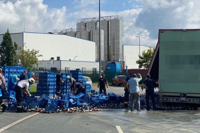 Lkw verliert 16 Paletten Bier