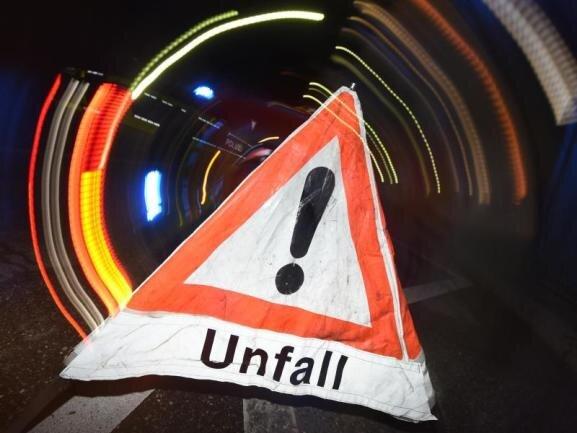 Am Mittwochmorgen sind bei einem Auffahrunfall auf der A 72 bei Thoßfell zwei Männer schwer verletzt worden.