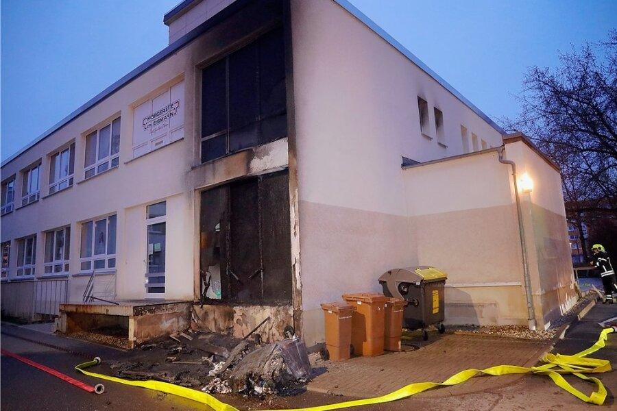 Gegen 4.30 Uhr am Dienstagmorgen brannten Mülltonnen an diesem Ärztehaus.