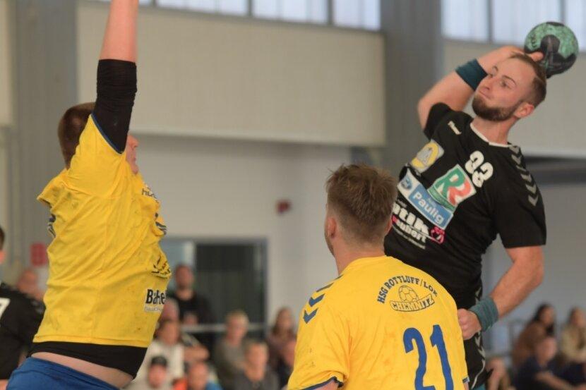 Tommy Löbner (rechts) erwies sich gegen die Chemnitzer wieder einmal als der treffsicherste Zwönitzer. Elfmal versenkte er den Ball im gegnerischen Gehäuse.