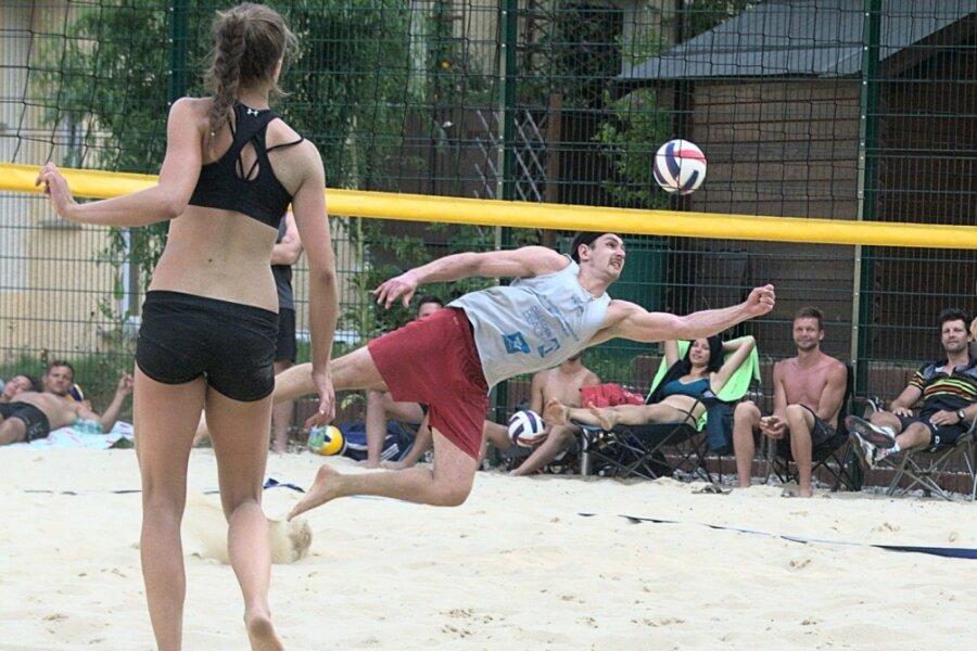 Beachvolleyballer buddeln die Sandgrube um