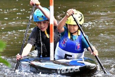 Die beiden Turbine-Kanuten Oscar Schmidt (vorn) und Timo Gester sind im Canadier zu Gold gefahren. Dabei war es erst der dritte Wettkampf, bei dem die beiden gemeinsam im Boot saßen.