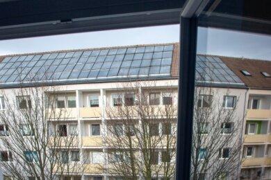 Blick aus dem Fenster des Nachbarblocks auf den Wohnblock Lessingstraße 78 bis 84: Die alte Solaranlage soll im Frühjahr demontiert werden.
