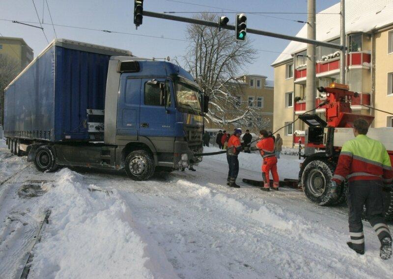 """<p class=""""artikelinhalt"""">Ein 40-Tonner ist am Dienstagmorgen auf der Stollberger Straße an der Einmündung Parkstraße in das Gleisbett der Straßenbahnlinie 4 gerutscht.</p>"""