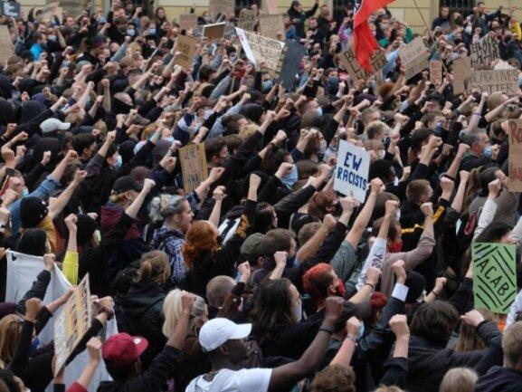 Kaum Abstand bei Teilnehmern einer Demo gegen Rassismus in Leipzig.
