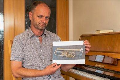 Der Auerbacher Gastwirt Steffen Fohlert mit der gestohlenen und jetzt wieder zurückgegebenen Trompete seines Sohnes Tobias. Es handelt sich um eine Spezialanfertigung.