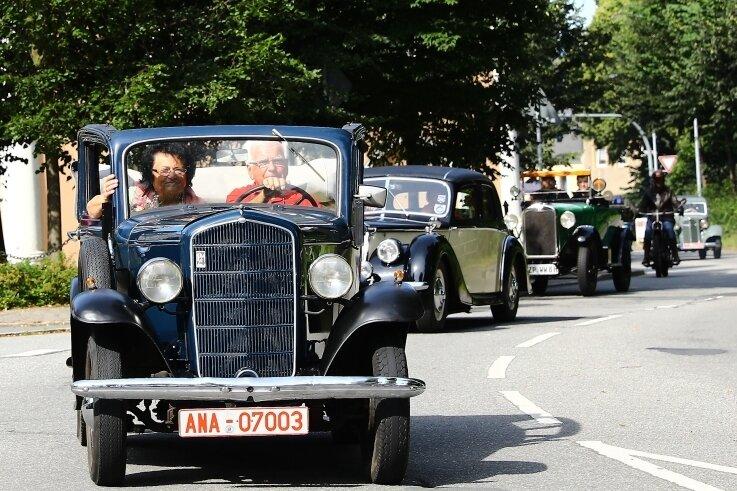 Impression von der Jubiläumsfahrt zum 100-jährigen Bestehen des Pöhlbergrennens: Anführer des Pulks mit nahezu 50 Fahrzeugen war der Organisator und Vorsitzende der Sektion Veteranensport, Eberhard Kronstein, mit seiner Gattin und Gehilfin Doris.