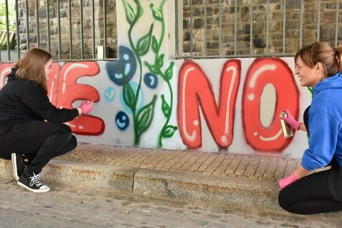 Mit einer Graffiti-Aktion haben Markneukirchener Gymnasiasten der Brücke in der Schulstraße einen freundlichen Anblick verpasst. Unbekannte hatten sie mit Krakeleien und unflätigen Sprüchen verunziert. Im Bild sind Schulsozialarbeiterin Leonie Affeldt (rechts) und Schülerin Anna Diehr beim Gestalten zu sehen.