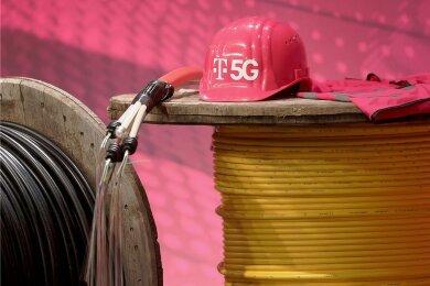 Mit dieser Dekoration, die einen Arbeitsschutzhelm mit 5G-Schriftzug auf Kabeltrommeln zeigt, wollte die Deutsche Telekom zur Bekanntgabe ihrer jüngsten Quartalszahlen vor wenigen Tagen auf den Ausbau der Infrastruktur für das 5G-Netz aufmerksam machen.