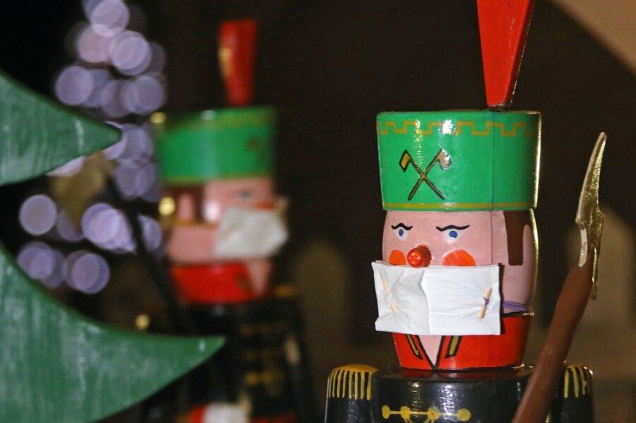 Maskenpflicht für alle: Die vier Bergmänner auf der Grumbacher Pyramide tragen Mundschutz.