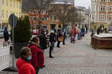 Mehr als 50 Menschen haben sich am Sonntag auf dem Markt gestellt.