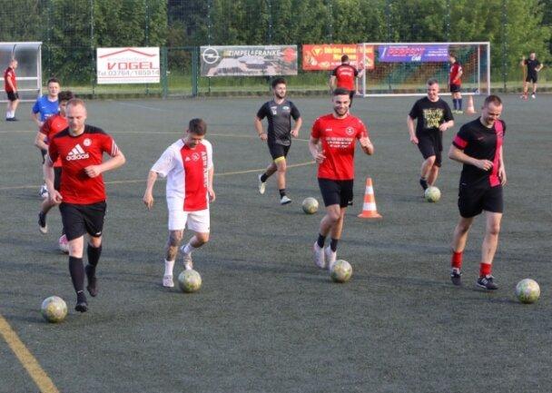 Die Fußballer des Meeraner SV II sind zurück auf dem Trainingsplatz. Am Sonntag steht gleich das erste Pflichtspiel an.l