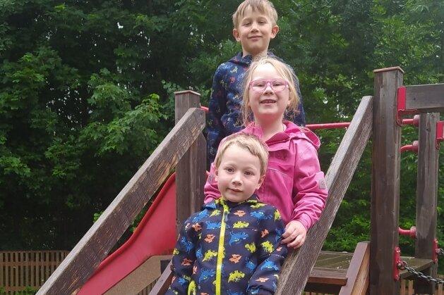 Gabriel, Nick, Jodie und Jakob (von unten nach oben) freuen sich mit den anderen Kindern auf die Festwoche in der Kita.