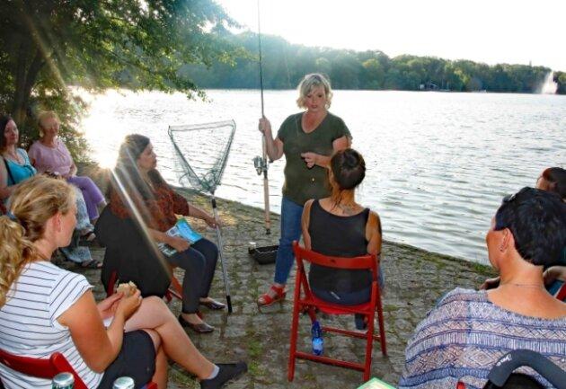 Ein aufmerksames und interessiertes Publikum hatte Angel-Fachfrau Heike Fiedler am Freitagabend am Zwickauer Schwanenteich. In ihren Augen ist Fischen ein Hobby für die gesamte Familie.